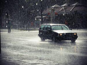 Tips Aman Mengemudi Mobil Saat Hujan Lebat